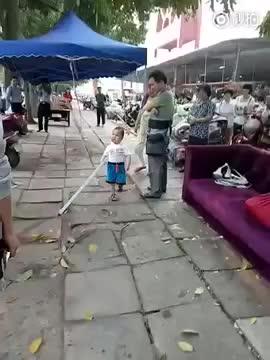 Bambino difende nonn dallo sfratto